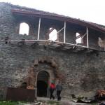 11 sierpnia rosyjskie samoloty zbombardowały wieś Nikozi. Doszczętnie zniszczono XI w. pałac biskupi, jedyny tego typu obiekt w Gruzji. Bomby naruszyły również klasztor ufundowany w V w. n. e. przez władcę Wachtanda I Gorgasala