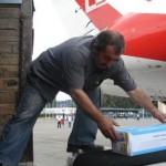 Pomoc humanitarna wyjeżdża na taśmie z samolotu