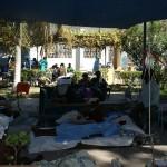 Leżeli na wydobytych z ruin kanadyjkach bądź na materacach bezpośrednio na ziemi. Wśród nich uwijających się kilku lekarzy. I wielka radość. Bo faktycznie nie mieli już czym pracować, jak pomagać. Byli to lekarze z Belgi, którzy przylecieli do Port-au-Prince krótko po trzęsieniu ziemi. Przybyli tu wraz z ekipą poszukiwawczo-ratowniczą i początkowo pracowali razem na ruinach.