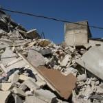 I Haitańczycy poszukujący w ruinach jedzenia, podchodzący do samochodu –I`m hungry...