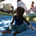 """Dużym problemem szpitala były brakujące miejsca dla ciągle przybywających Haitańczyków potrzebujących pomocy. Niektórzy pacjenci po opatrzeniu ran mogli by opuszczać szpital, jednak nie mieli gdzie wracać. Dobrym rozwiązaniem okazały się dostarczone przez nas namioty. Otrzymywały je osoby, które decydowały się na opuszczenie szpitala. 22 stycznia miał być ostatnim dniem naszego pobytu na Haiti.  W godzinach porannych opuściliśmy obóz a strażacy przystąpili do jego zwijania. Grupa """"Kancelaryjna"""" udała się do pracy w szpitalu."""