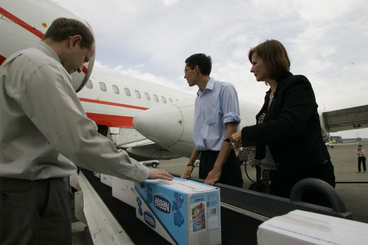 Pomoc humanitarna wyjeżdżająca na taśmie z samolotu