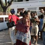 Część pomocy zdecydowaliśmy się rozdać bezpośrednio ludziom... Podjechaliśmy do  jednej z parafii. Przy zniszczonym kościele koczowali Haitańczycy. Błyskawicznie ustawiła się ogromna kolejka.
